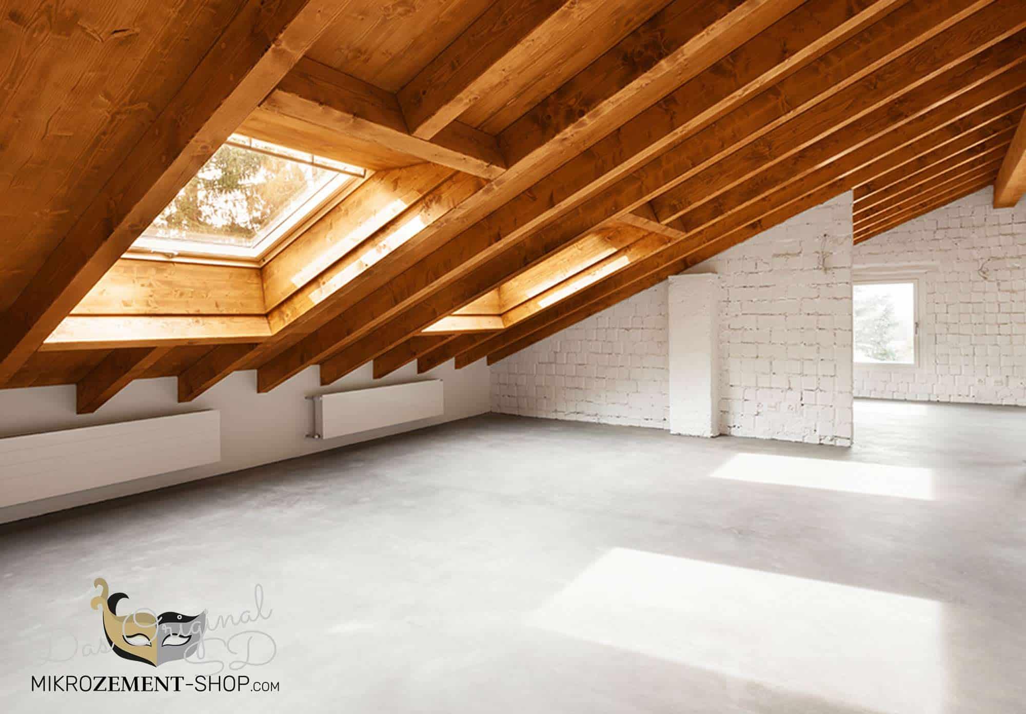 Mikrozement auf dem Dachboden grauer fugenloiser Boden