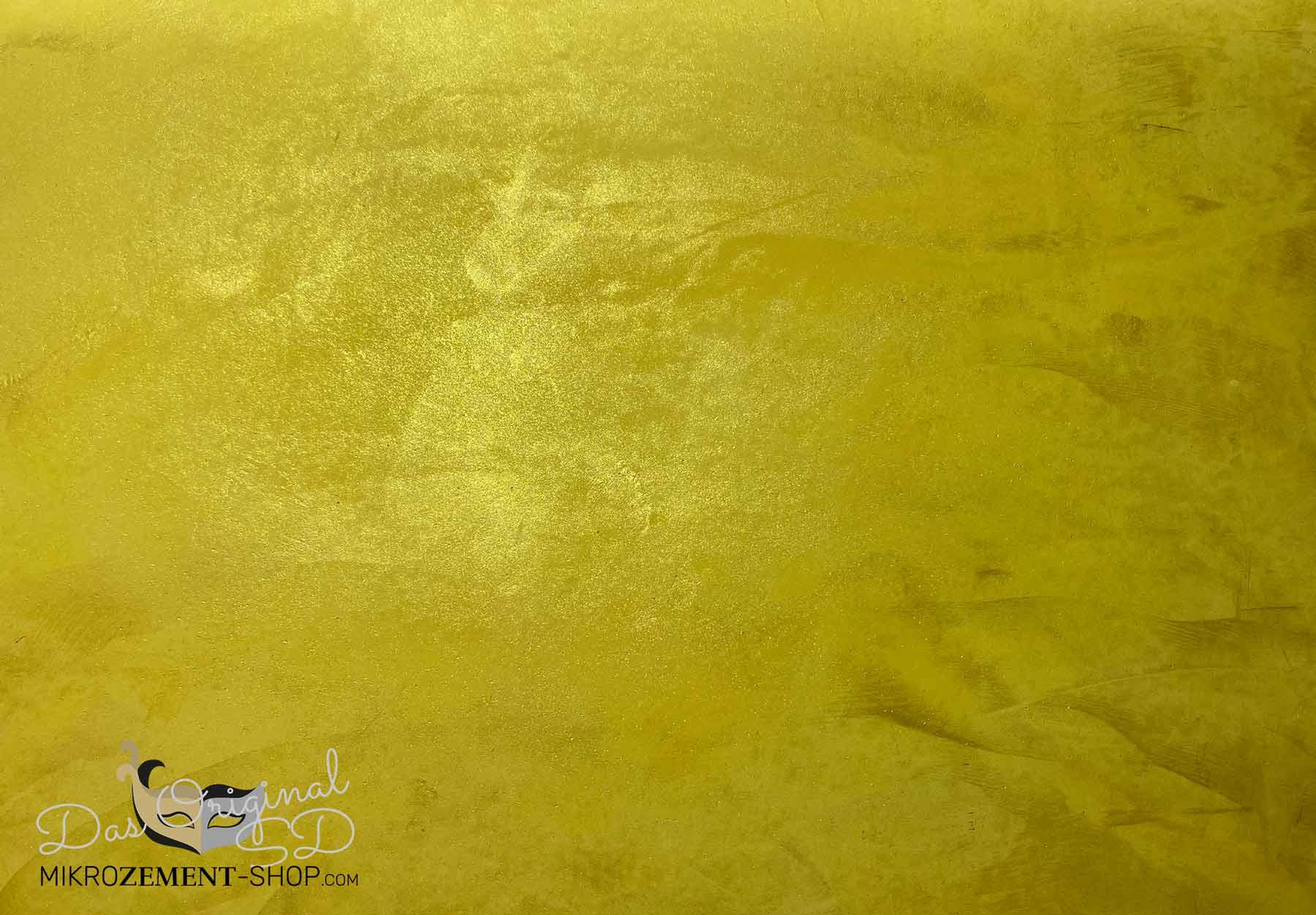 Goldenes Mikrozement im Licht